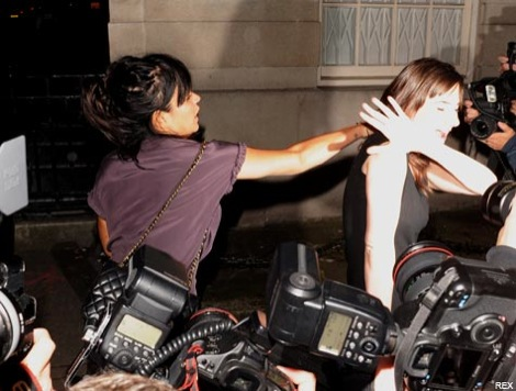 lily-allen-475a-musicians-attacking-paparazzi-052609.jpg