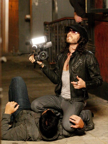 russell_brand_attacking_paparazzi.jpg