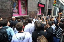 Fans_watch_on_as_Andreas_Kisser_from_Brazilian_Metal_band_Sepultura_gets_his_name_on_the_Mathew_street_Wall_of_fame