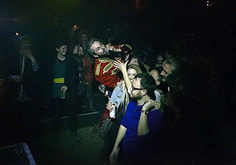 howard crowd surfing git awards