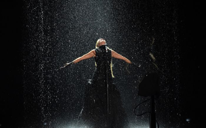 Paloma Faith getting rained on at the BRITS